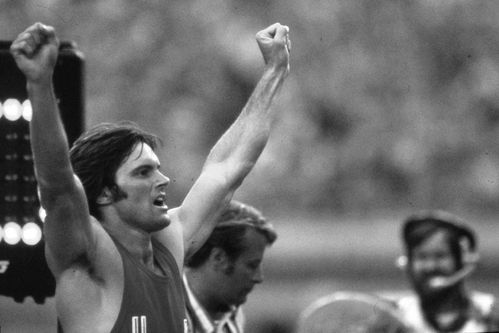Bruce Jenner en lo más alto como ganador en Montreal en 1976.