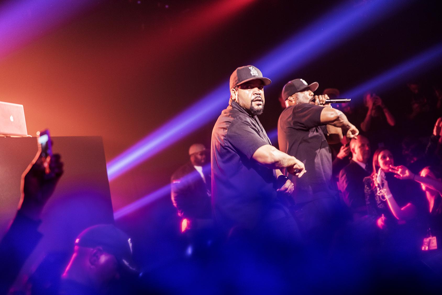 Après le défilé Kenzo x H&M, le rappeur légendaire Ice Cube monte sur la scène.