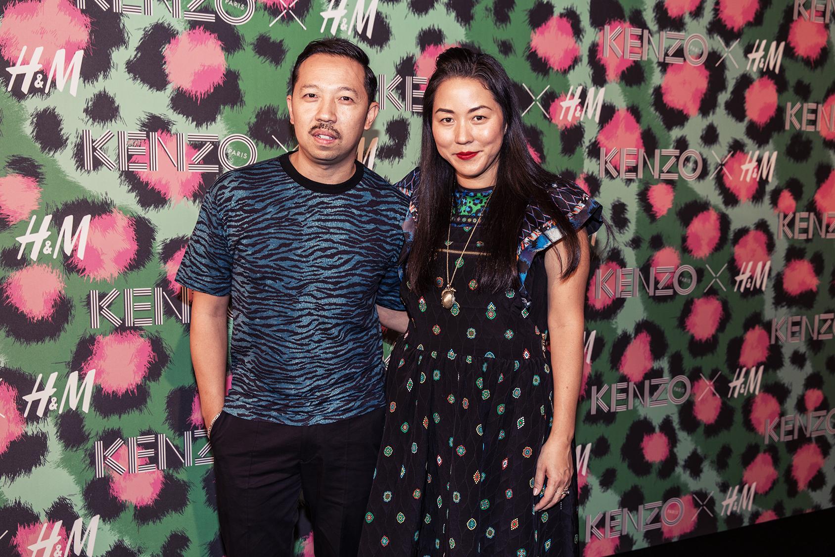 Les directeurs artistiques Carol Lim et Humberto Leon sur le tapis rouge du la soirée de lancement Kenzo x H&M.