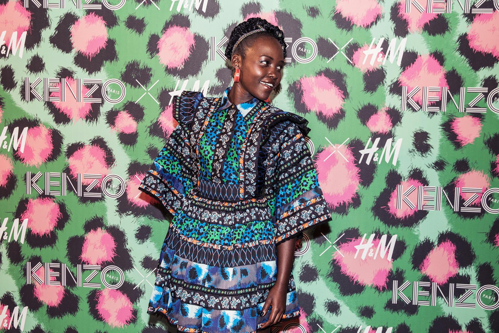 L'actrice en vogue Lupita Nyong'o arborait l'une des robes exclusives de la collection Kenzo x H&M.