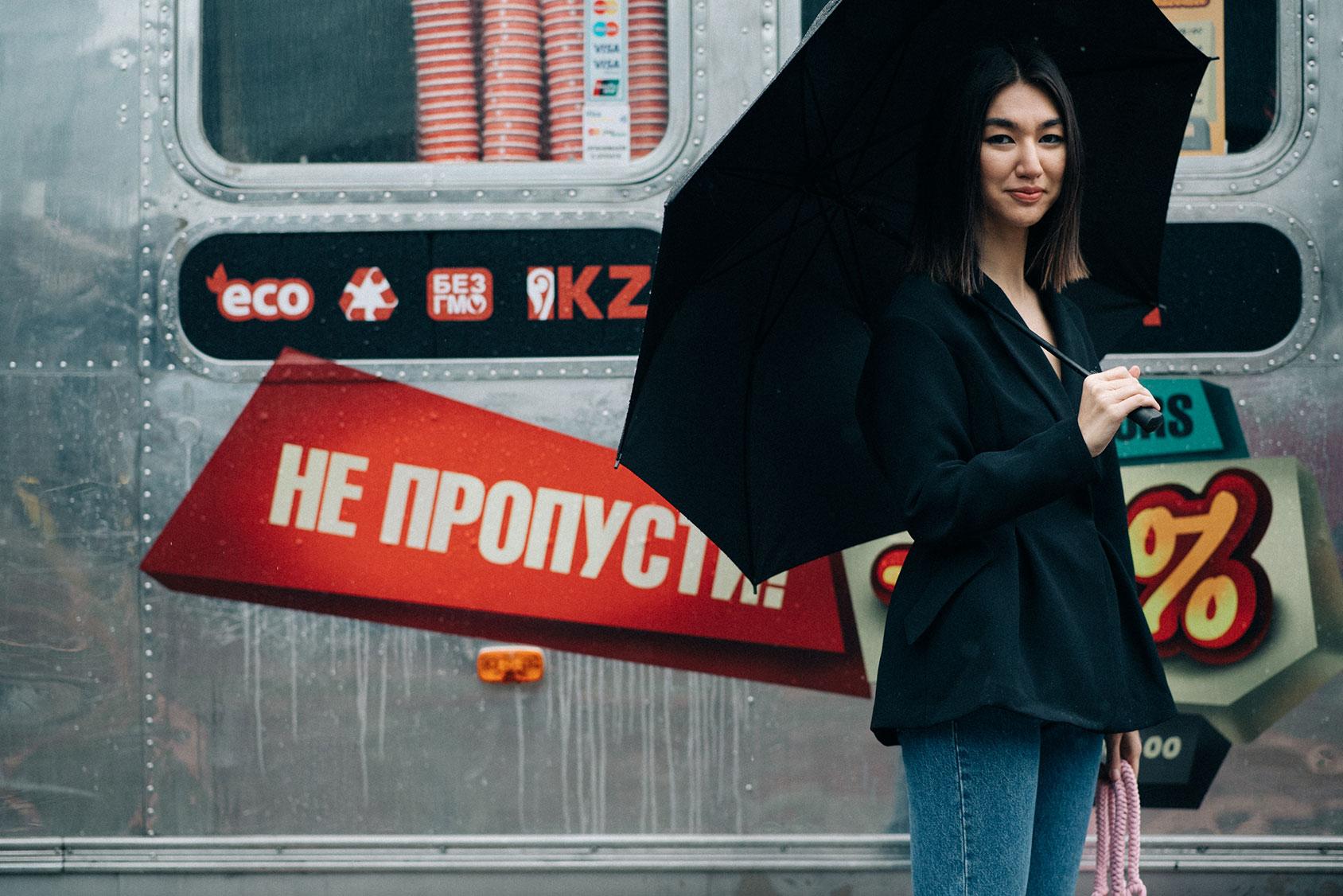 H&Mのブレザーを着るメルエルト・イブラギム