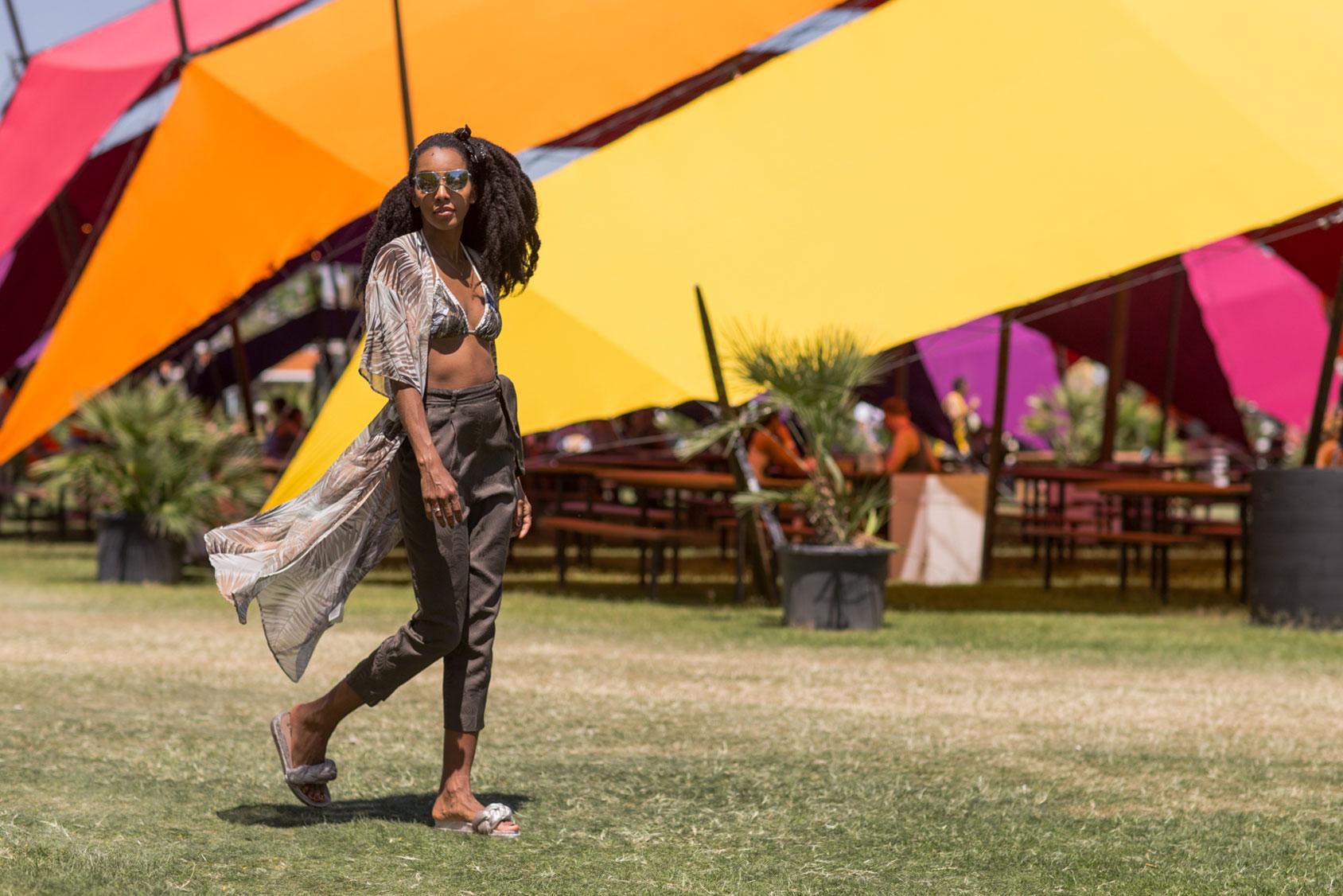 Cipriana Quann穿着一件H&M宽大女袍、比基尼上衣与军绿裤。