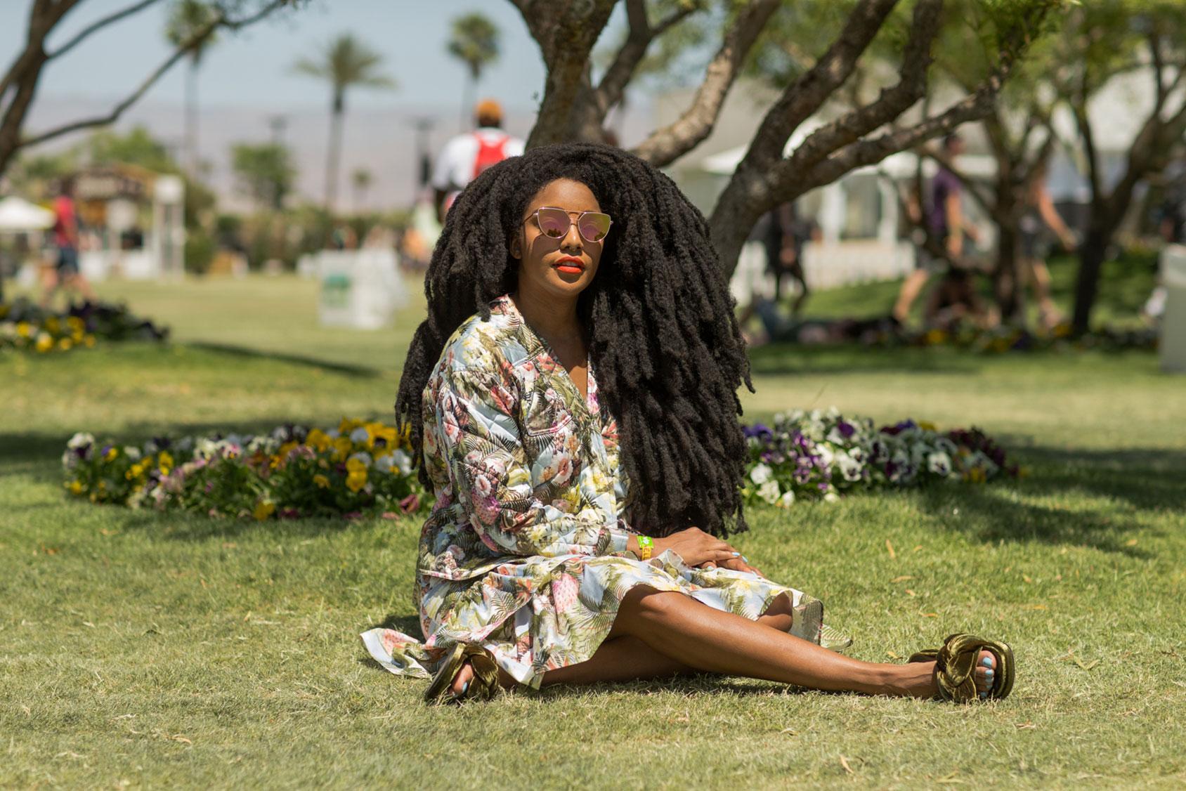 TK身着H&M春夏系列的花卉系列套装,搭配柔软的天鹅绒平底鞋与太阳眼镜。