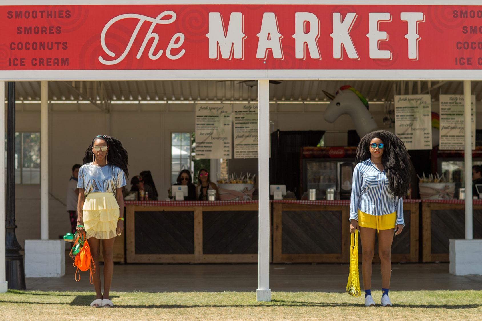 Cipriana(左)身着H&M金属质感上衣、褶边裙,搭配人造革平底鞋。 TK的短裤、上衣与鞋子属于H&M春季系列,包包是用回收海岸废物制成,属于H&M的Conscious Exclusive系列。