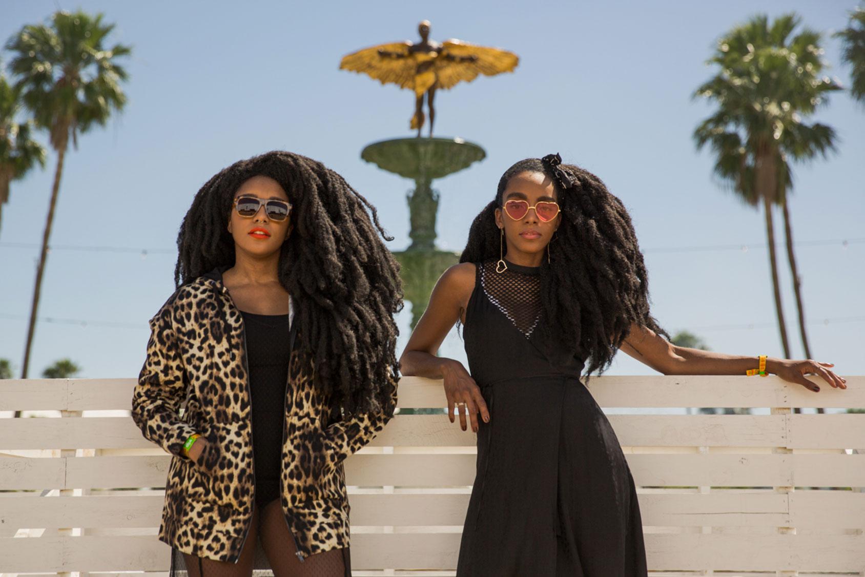 TK(左)身着一件豹纹连帽衫与黑色网眼连衣裙。 Cipriana(右)在网眼上衣外穿着一件黑色丝缎裙。 她们身上的服装与配饰均来自于H&M的春夏季系列。