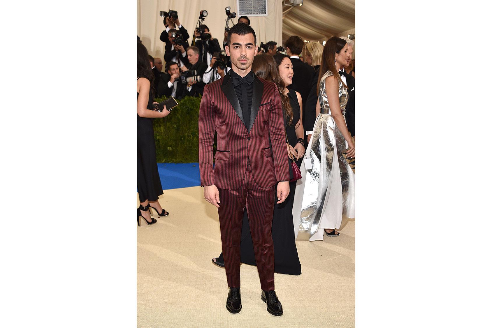 Joe Jonas vestido de H&M a medida en la Met Gala