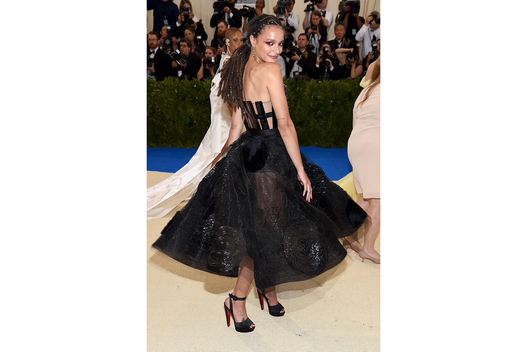 メットガラでカスタム H&M を着たサッシャ・レーン