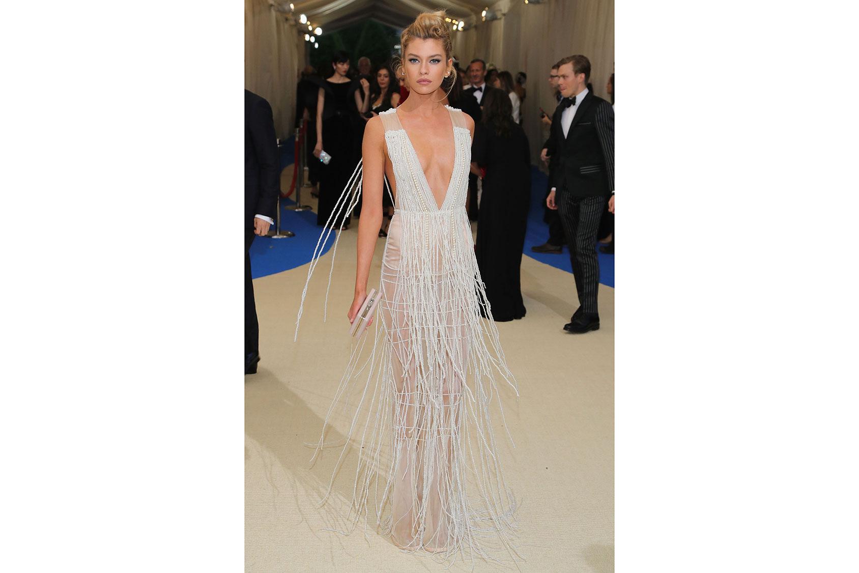 Stella Maxwell vestida de H&M a medida en la Met Gala
