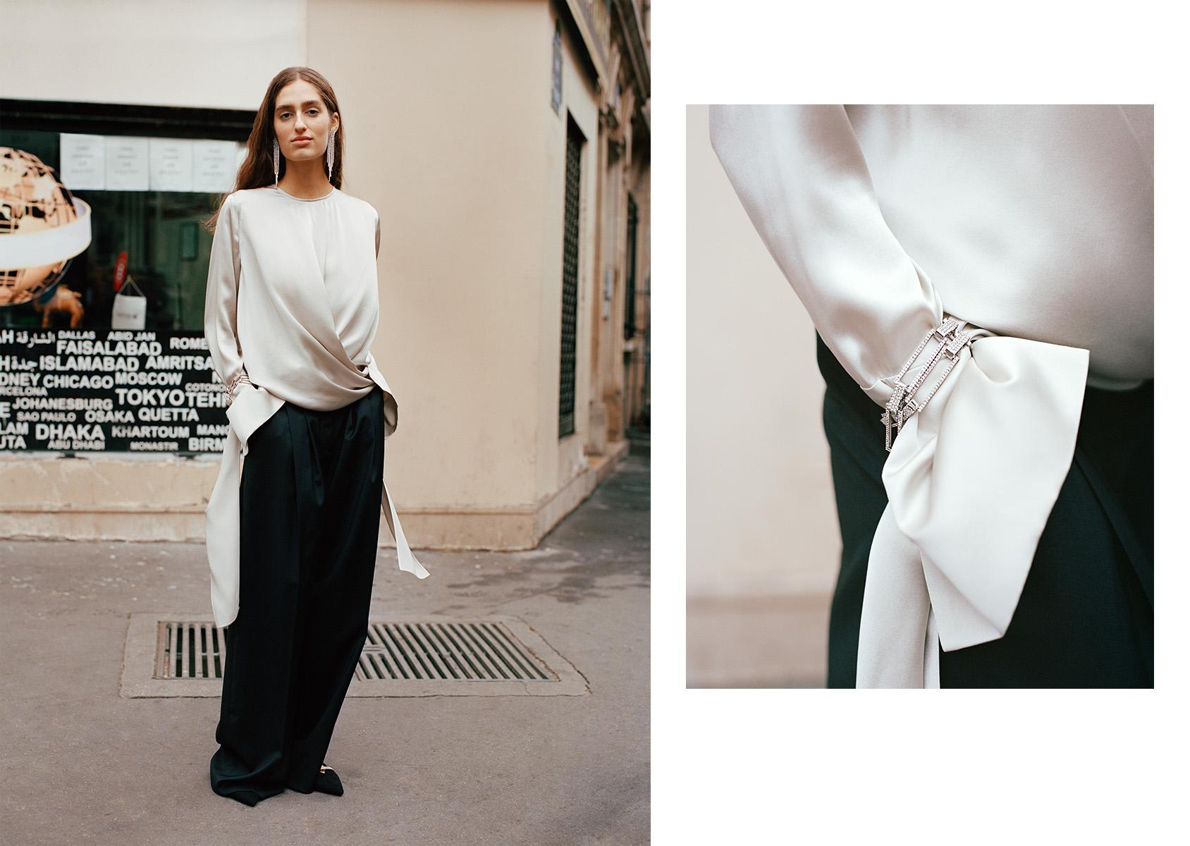 H&M 와이드 팬츠와 실크 탑. 목걸이를 팔찌처럼 착용하기.